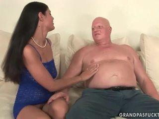 E shëndoshë gjyshja fucks e prapë i ri vajzë