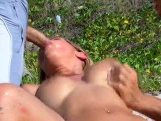 Double penetration au bord de l'eau pour Lea Lazur
