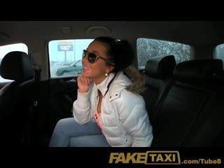 Faketaxi príťažlivé mladý české dievča sucks vták na platiť pre ju jazda