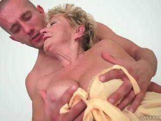 奶奶 enjoys 热 性别 同 年轻 男人