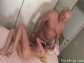 老 和 youthful 色情 管