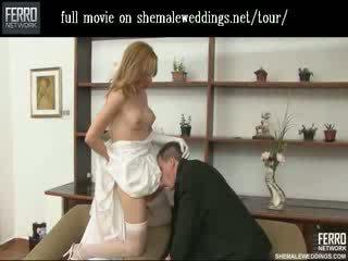 Красуня леді хлопець наречена цілує і feeding її beefy meat для її чоловік