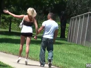 स्किनी स्लट rides एक कॉक