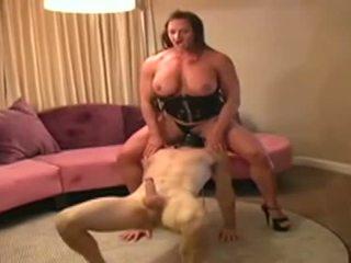 Female bodybuilder dominates mees ja gives teda suhuvõtmine