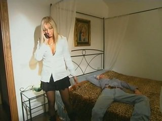 Bionda step-mom in calze autoreggenti seducing figlio