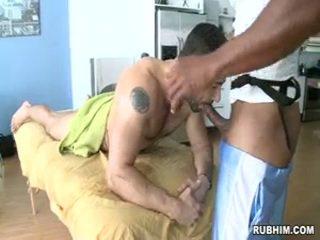 Oljad upp och sugande stor penisen