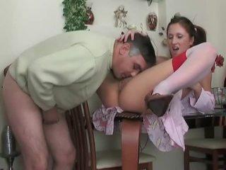 Adoleshent në çorape të gjata gets fucked nga më të vjetër dude