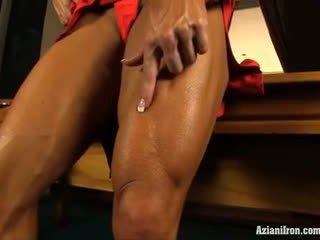 Aziani bakal angela salvagno flexes kanya malaki biceps at ipakita kanya puke