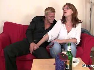 Drunken жена е picked нагоре и прецака