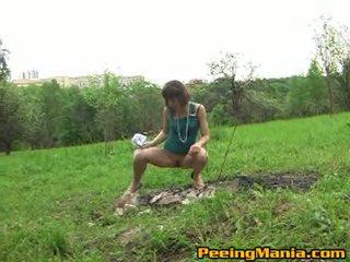 Dreckig female pees drinnen die geöffnet bereich