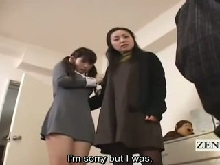 Subtitle cfnm japonské školáčka a milfka úlovok peeper