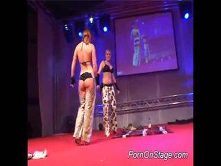 2 cô gái trong lesbie showcase với công khai
