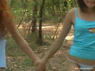 Homofil kvinner tenåringer inside den skog