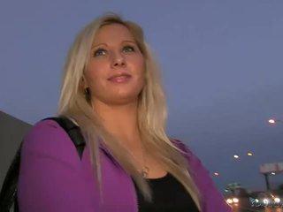 Blondýnka amatér sabina pounded v veřejné