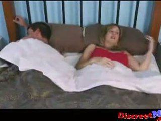 Budak lelaki dan ibu dalam yang hotel bilik