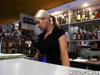 Super kuuma bar wench lenka on perseestä kova varten käteinen