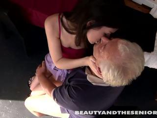 Remaja cutie gets kacau oleh senior bruce
