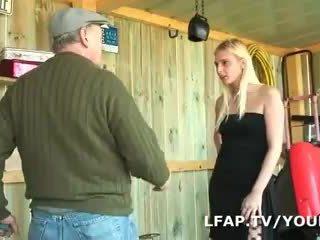 Blondinka francaise sodomisee dans un plan a trois avec papy