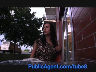 Publicagent セクシー ブルネット gambles 離れて 彼女の プッシー