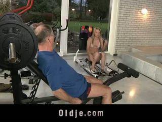 Oldje: vanha dude gets onnekas kanssa a seksikäs blondi vauva.