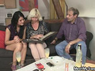 Gf gets lured إلى مجموعة من ثلاثة أشخاص بواسطة له parents