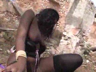 Bukuroshe e zezë vogëlushe loves getting pounded outdoors video