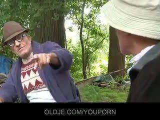 Старий farts pleasing збуджена ціпонька в the woods