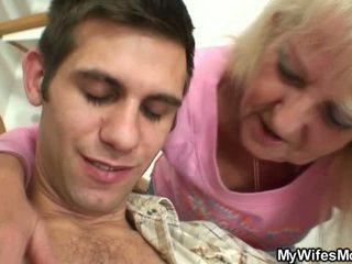 Vananenud blond jumps onto suur meat