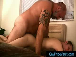 Gemuk gay besar menggesek bagian tubuh pasangan jenis dia kecil sedikit homoseks pria teman oleh gaypridevault
