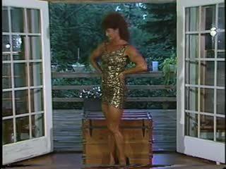 Joanne mccartney shows de su impresionante piernas en corto falda