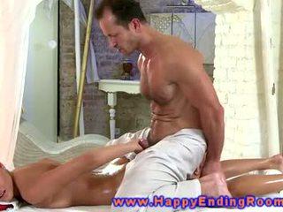 Centerfolds enjoys 按摩 从 她的 eager masseur