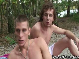 Vovó takes 2 weenies a partir de tanto sides