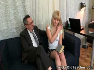 Candy doesn't tieši tā nokļūt daudz izvēle uz the jautājums, bet she's protams turned par līdz viņai tricky vecs skolotāja