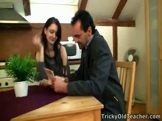 Tina studies onto il tavolo insieme con gambe a parte.