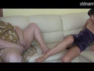Дебеланки бабичка и млад момиче мастурбиране заедно видео