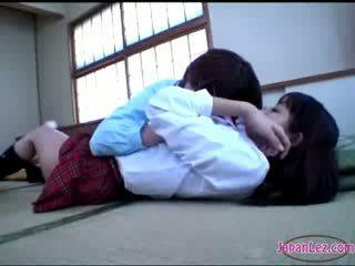 Perempuan getting beliau badan kissed punggung rubbed dengan faraj pada yang lantai