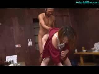 Suaugę moteris į kimono čiulpimas varpa pakliuvom iki 2 guys apie the grindys