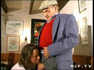 Franceze mdtq në treshe me papy vojer në një restaurant