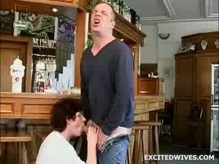 Jokainen muu vasen the bar 20 minutes sitten kun tämä guy löytyi itse alone kanssa a kimainen seuraava ovi vaimo. a vähän väsynyt,