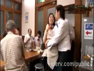 Hingst goes røff med babe japansk gf under familie dinner