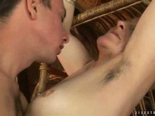 Abuela y chico enjoying caliente sexo
