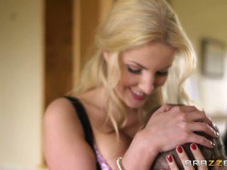 Excellent blonde femme est heureux à rencontrer une bite.