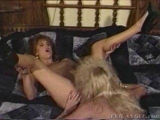 2 đồng tính nữ babes licking, ngón danh & toying mỗi những người khác holes