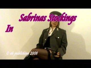 Strict fräulein im armee uniform und strümpfe
