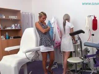 Bjonde vajzë went në të saj gynecologist për regular provim
