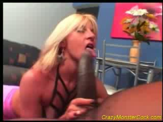 Racy bionda receives enorme boner