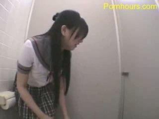 Aziatike student qirje në publike tualet