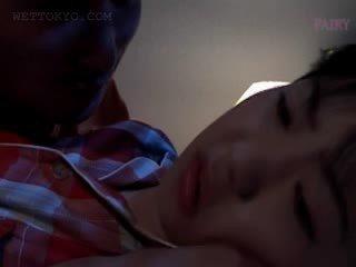 Picsa ázsiai gets pina teased -ban undies -ban neki alvás