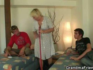 Білявка бабуся swallows two cocks