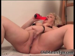 Blonda mai mari femei juca cu gras pasarica video